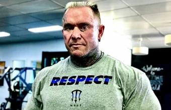 48-летний Ли Прист делает строгие сгибания на бицепс со штангой более 100 кг