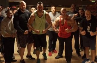 Фил Хит тренируется и позирует с ветеранами морской пехоты США